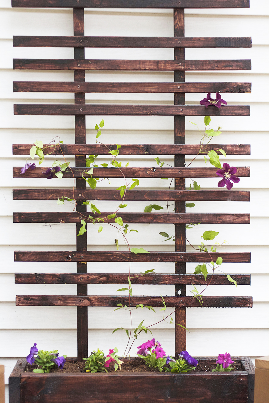 Diy trellis planter box tutorial giveaway deuce for Treillis support plante grimpante